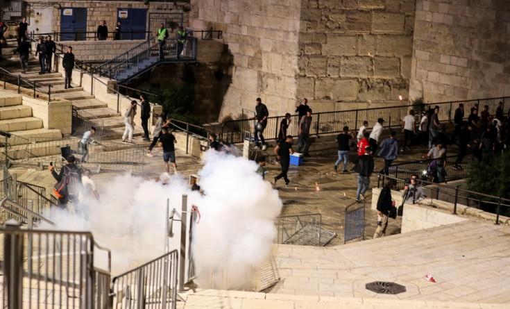 إصابات واعتقالات خلال مواجهات مع الاحتلال قرب باب العامود