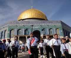 عشرات الآلاف يحتفلون بذكرى المولد النبوي في الأقصى